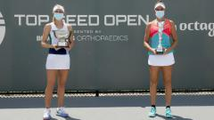 Indosport - Jil Teichmann (Swiss) dan Jennifer Brady (AS) usai pertandingan final Top Seed Open 2020, Senin (17/08/20).