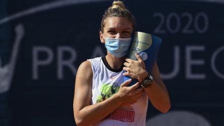 Simona Halep berfoto dengan trofi Praha Terbuka usai mengalahkan Elise Mertens di partai final, Senin (17/08/20). - INDOSPORT