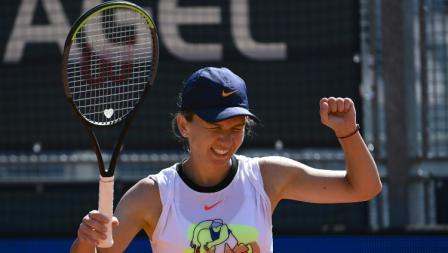 Ekspresi kemenangan Simona Halep usai menumbangkan Elise Mertens dengan skor 6-2, 7-5 di final Praha Terbuka 2020.