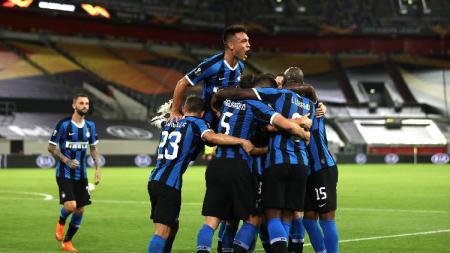 Para pemain Inter Milan berselebrasi usai mencetak gol kontra Shakhtar Donetsk di semifinal Liga Europa 2019/20, Selasa (18/08/20) dini hari WIB. - INDOSPORT