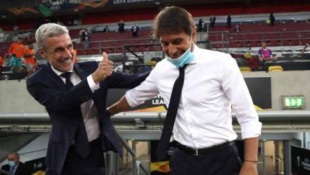 Kedua pelatih tim Shakhtar Donetsk, Luis Castro dan pelatih Inter Milan Antonio Conte pada semifinal Liga Europa 2019/20, Selasa (18/08/20).