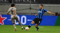 Duel pemain Inter Milan, Stefan de Vrij, dengan pemain Shakhtar Donetsk pada semifinal Liga Europa 2019/20.