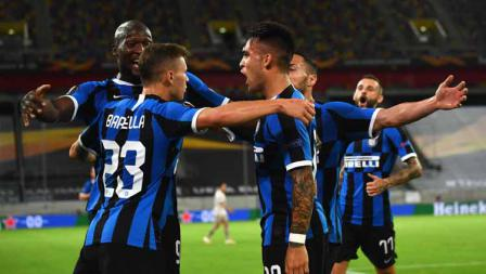 Selebrasi Lautaro Martinez merayakan golnya kontra Shakhtar Donetsk bersama Romelu Lukaku pada semifinal Liga Europa 2019/20.