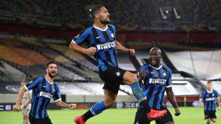 Danilo D'Ambrosio lakukan selebrasi usai mencetak gol pada laga semifinal Liga Europa 2019/20 antara Inter Milan vs Shakhtar Donetsk, Selasa (18/08/20) WIB. - INDOSPORT