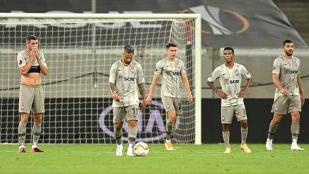 Para pemain Shakhtar Donetsk tertunduk setelah kebobolan saat melawan Inter Milan pada laga semifinal Liga Europa 2019/20.