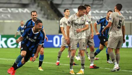 Danilo D'Ambrosio rayakan golnya kontra Shakhtar Donetsk pada semifinal Liga Europa 2019/20 antara Inter Milan vs Shakhtar Donetsk, Selasa (18/08/20) WIB.