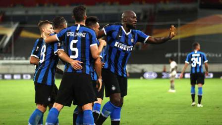 Romelu Lukaku merayakan bersama rekan satu timnya usai mencetak gol pada laga semifinal Liga Europa 2019/20.