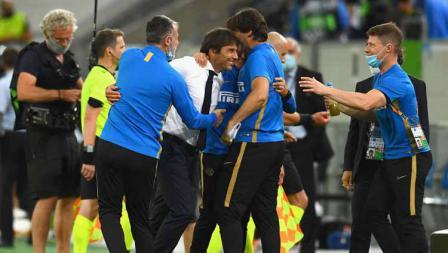 Pelatih Inter Milan, Antonio Conte merayakan kemenangan kontra Shakhtar Donetsk pada semifinal Liga Europa 2019/20, Selasa (18/08/20) dini hari WIB.