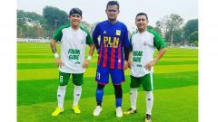 Indosport - Striker Persija Jakarta era 1990-an, Rahmad Dwi Putranto (tengah), berpose bareng Vennard Hutabarat.