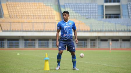 Gelandang Persib Bandung, Febri Hariyadi, saat berlatih di Stadion GBLA, Kota Bandung, Selasa (18/08/20). - INDOSPORT