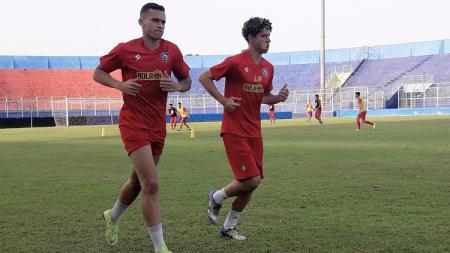 Hugo Guilherme Correa Grillo dan Pedro Henrique Bartoli ikut latihan Arema FC di Stadion Kanjuruhan, Malang, Selasa (18/08/20). - INDOSPORT