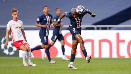 Aksi sundulan pemain Paris Saint-Germain ke arah gawang RB Leipzig di laga semi final Liga Champions 19/08/2020 dini Hari.