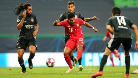 Pemain Bayern Munchen, Serge Gnabry, di antara tiga pemain Lyon pada pertandingan semifinal Liga Champions 2019/20, Kamis (20/08/20) dini hari WIB. - INDOSPORT