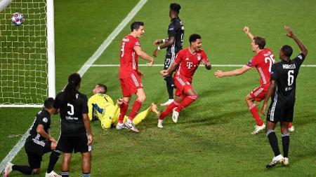 Para pemain Bayern Munchen merayakan gol Serge Gnabry kontra Lyon di semifinal Liga Champions 2019/20, Kamis (20/08/20) dini hari WIB. - INDOSPORT