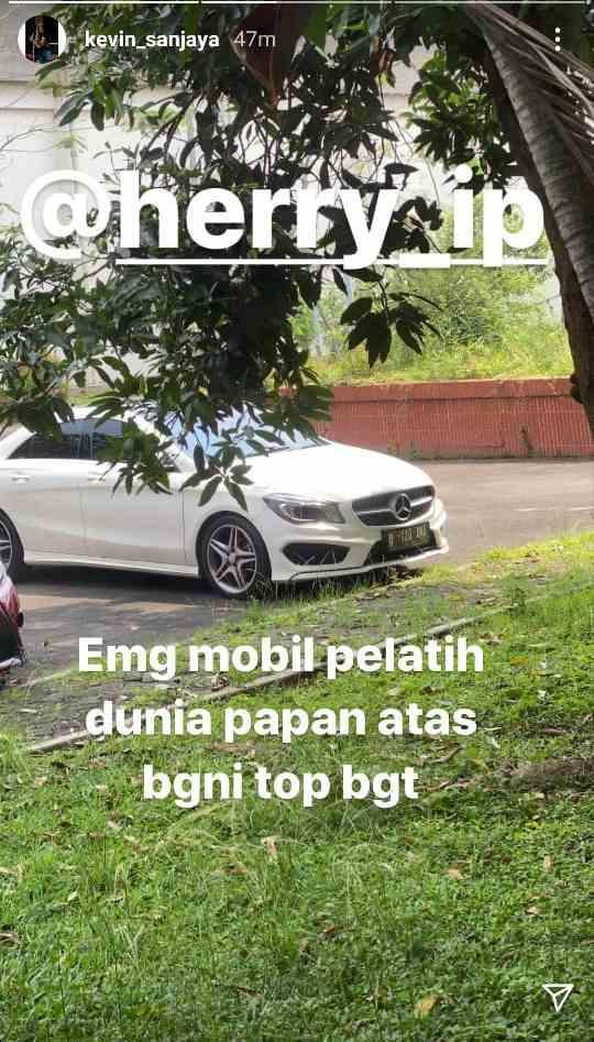 Kevin Sanjaya mengagumi mobil sang pelatih, Herry IP. Copyright: Instagram/Kevin Sanjaya
