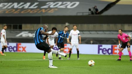Kegagalan Inter Milan merebut gelar juara Liga Europa 2019/20 rupanya membuat Romelu Lukaku kecewa berat hingga tak mau menerima medali. - INDOSPORT