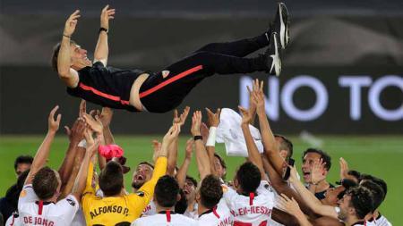 Pelatih Sevilla, Julen Lopetegui, membagikan kebahagiaan menjuarai Liga Europa untuk dua mendiang bintang Sevilla. - INDOSPORT