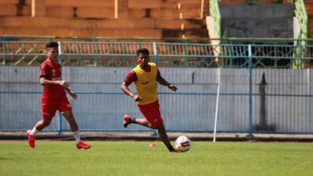 Zulfiandi dan Syahrian Abimanyu saat mengikuti latihan Madura United. - INDOSPORT