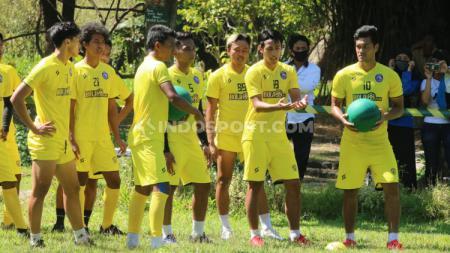 Asisten Pelatih Arema FC, Charis Yulianto, menilai bahwa stok di lini serang timnya sudah cukup lantaran dijejali sejumlah pemain dengan tipikal pelari cepat pada lanjutan Liga 1 nanti. - INDOSPORT
