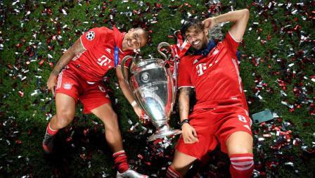 Pemain Bayern Munchen Thiago Alcantara dan Javi Martinez foto bersama trofi Liga Champions.