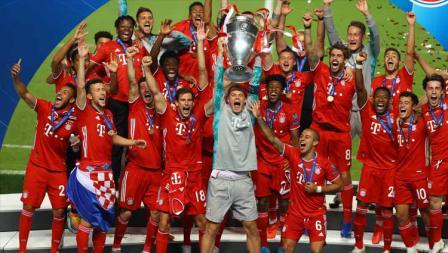 Kiper Bayern Munchen, Manuel Neuer mengangkat trofi Liga Champions.