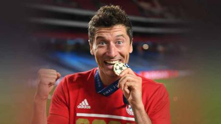 Robert Lewandowski merayakan dengan medali Liga Champions menyusul timnya kemenangan dalam Final Liga Champions 2020. - INDOSPORT