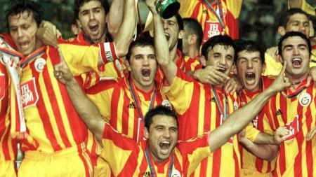 Seremoni juara Galatasaray usai mengalahkan Real Madrid di Piala Super Eropa 2000. - INDOSPORT