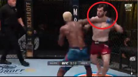 Petarung UFC asal Rusia, Timur Valiev, terlihat kesal dan 'mengamuk' setelah dirinya dibuat KO dengan mudah oleh Trevin Jones di laga debutnya. - INDOSPORT
