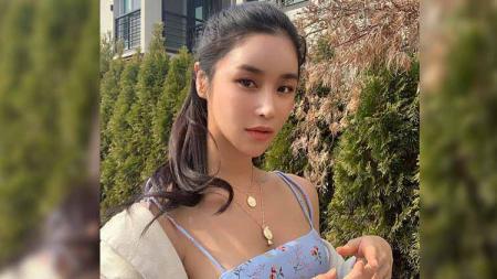 Tak disangka, ternyata model cantik asal Korea Selatan yang bernama Jessica Oh ini jago bermain surfing dalam ruangan. - INDOSPORT