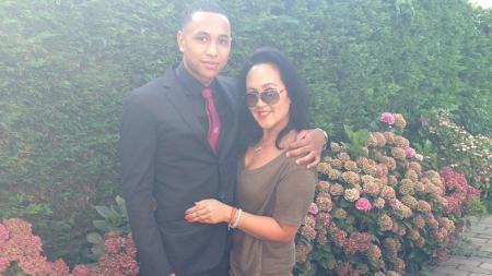 Kenny Tete bersama dengan ibunya - INDOSPORT