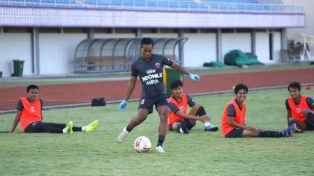 Pemain Persita Tangerang, Muhammad Toha (jersey hitam). - INDOSPORT