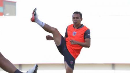 Pemain Persita Tangerang, Redi Rusmawan saat latihan perdana. - INDOSPORT