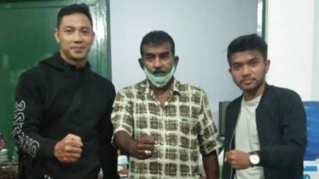 Sekum PSMS, Julius Raja (tengah) saat menyambut dua calon pemain anyar PSMS, Jadug Arya Aragani (kanan) dan David Aryanto (kiri). - INDOSPORT