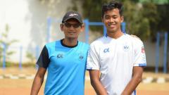 Indosport - Bahril Fahreza (kaos putih) bersama pelatih PSIS Semarang U-18, Khusnul Yakin.