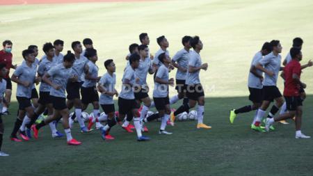 Sebelum memulai materi latihan, para pemain Timnas Indonesia U-19 melakukan pemanasan dengan berlari di sekitaran lapangan Stadion Madya. - INDOSPORT