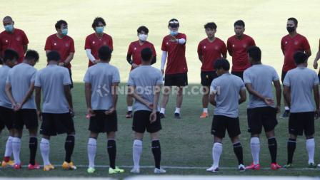 Sebelum memulai latihan, para pemain Timnas Indonesia mendengar arahan dari Shin Tae-yong.