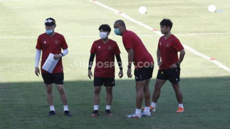 Shin Tae-yong memantau latihan Timnas Indonesia U-19 di Stadion Madya.