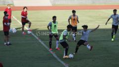 Indosport - Latihan Skuat Timnas U-19 dipimpin pelatih Shin Tae-yong (kiri).