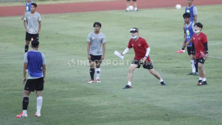 Shin Tae-yong memberikan arahan terkait gerakan atau reaksi yang harus dilakukan para pemain Timnas Indonesia U-19.