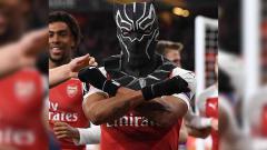 Indosport - Aubameyang saat berselebrasi memakai topeng Black Panther