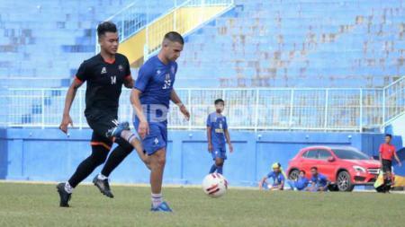 Elias Alderete menyumbang satu gol dlm kemenangan Arema FC 7-0 versus Kaki Mas Dampit. - INDOSPORT