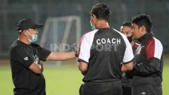 Indosport - Rahmad Darmawan saat berdiskusi dengan tim pelatih.