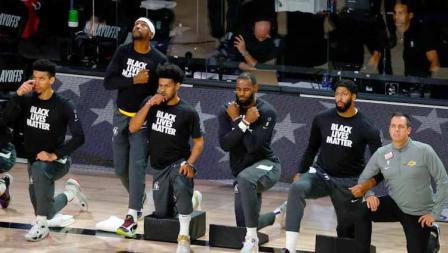 LeBron James dan melakukan gestur Wakanda Forever untuk mengenang kepergian Chadwick Boseman sebelum laga NBA Portland Trail Blazers vs LA Lakers.