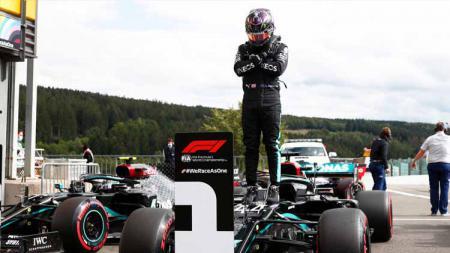 Lewis Hamilton mempersembahkan pole position F1 GP Belgia untuk mendiang Chadwick Boseman. - INDOSPORT