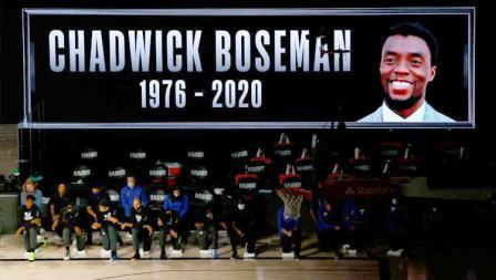 Para pemain Milwaukee Bucks dan Orlando Magic melakukan penghormatan untuk Chadwick Boseman sebelum laga NBA.