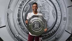 Indosport - Pemain Arsenal, Pierre-Emerick Aubameyang akan mendapat gaji melebihi Mesut Ozil jika memperpanjang kontraknya selama tiga tahun.