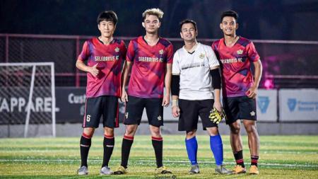 Tegar Infantrie (kanan) saat melakukan fun football dengan Raffi Ahmad (putih) di Lapangan Aldiron, Jakarta. - INDOSPORT