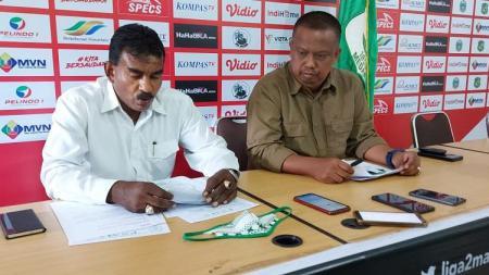 Manajer PSMS Medan, Mulyadi Simatupang (kanan) dan Sekum PSMS, Julius Raja (kiri), saat memberikan klarifikasi terkait isu larangan transfer, Senin (31/08/20). - INDOSPORT