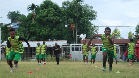 Skuat Persewar Waropen menjalani latihan menjelang lanjutan Liga 2 2020. - INDOSPORT