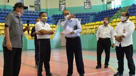 Menpora, Zainudin Amali (kedua kiri) meninjau langsung GOR POPKI Cibubur selaku lokasi acara puncak Hari Olahraga Nasional (Haornas) 2020. - INDOSPORT